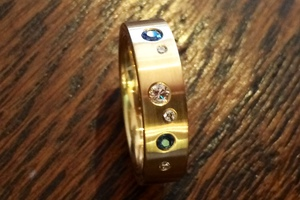 bespoke 18ct yellow gold ring set with sapphires and diamonds by charmian beaton design