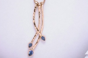 handmade cornflower blue sapphire necklace in 18ct yellow gold by charmian beaton design